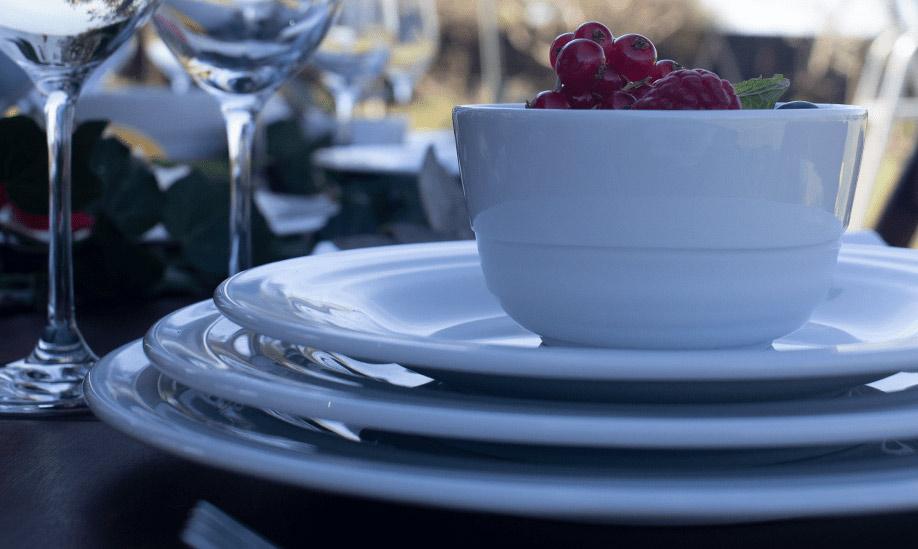 Porcelana Costa Verde: mesa com pratos e taça com uvas da Coleção Agma