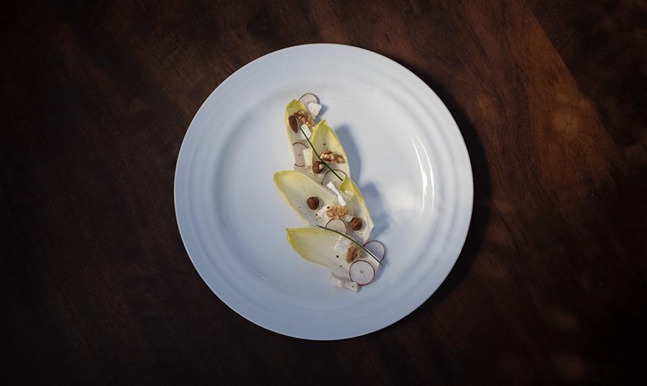 Porcelana Costa Verde: prato da Coleção Agma com vários ingredientes