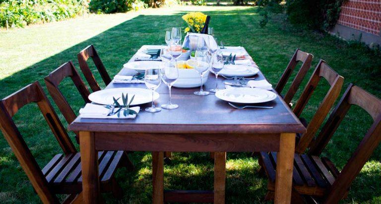 Mesa com flores e com a linha agma no solar do alambique - sugestão almoço de domingo