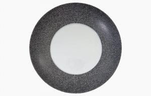 PRATO FUNDO COUPE 29CM RAW. Prato fundo Costa Verde com beira escura de aspeto rochoso e textura de granito.