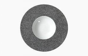 PRATO GOURMET 25CM RAW. Prato gourmet com decoração de textura de rocha ou rocha granítica e fundo branco.