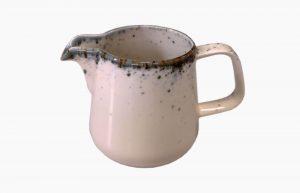 Lechera 300ml Flirty. Lechera de porcelana. lechera rosa con manchas azules (aplicación de esmaltes reativos).