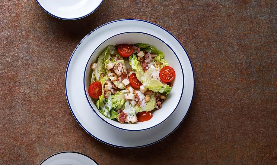 Salada empratada em prato da coleção Nordika