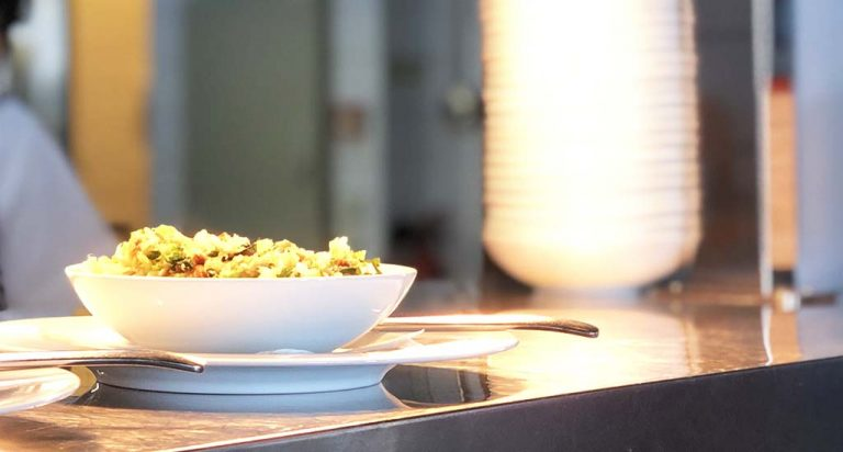 Migas empratadas num prato e taça da coleção Saturno