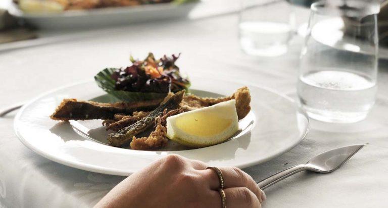 Variedade de peixe frito num prato da coleção Saturno
