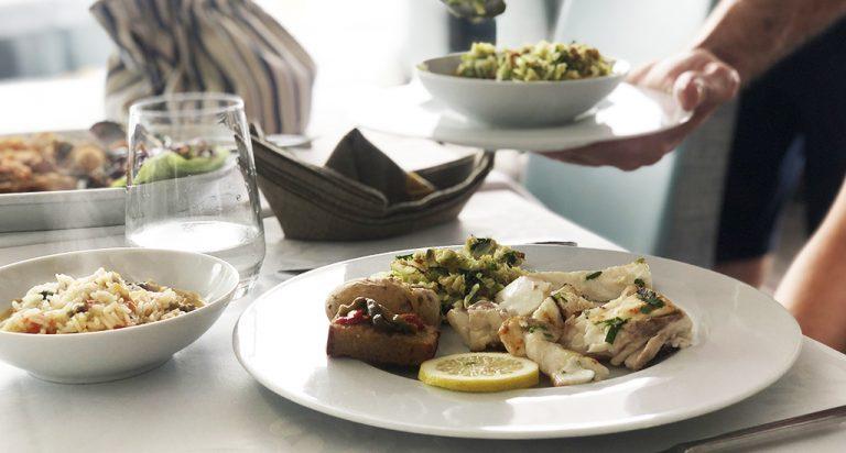 Peixe grelhado com migas empratado em pratos e taças da coleção Saturno