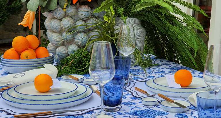 Como decorar uma Mesa de verão - mesa posta com pratos de porcelana, talheres, copos e flores