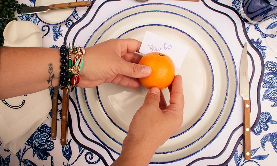 Pratos da coleção Coral com laranja a fazer de marcador de lugar - ideias para decorar uma mesa de verão