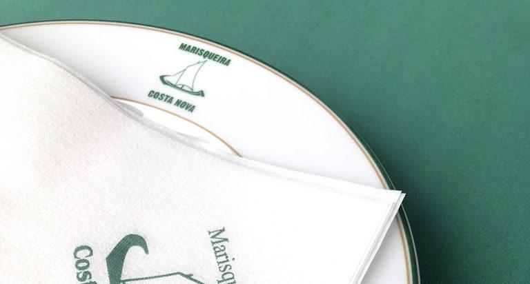 Prato da Costa Verde com logotipo do restaurante Marisqueira da Costa Nova
