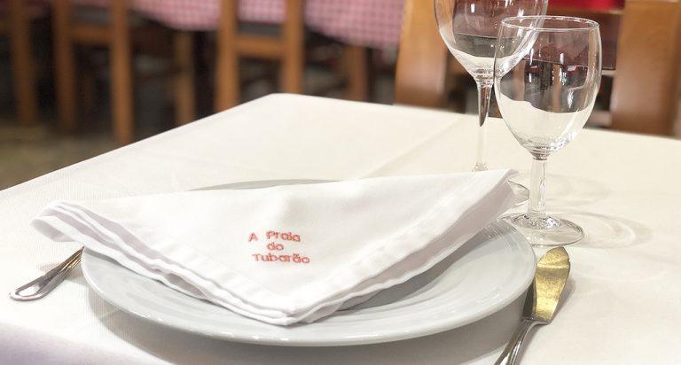 Mesa posta com prato da coleção Agma