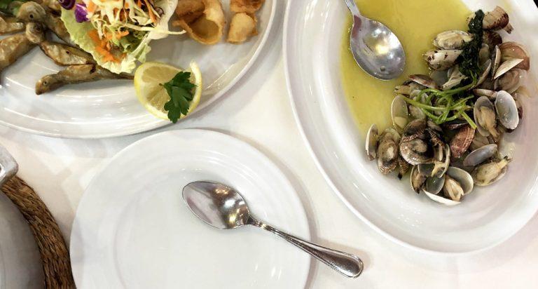 Peixe frito e amêijoas à Bulhão Pato servidos em peças da coleção Agma