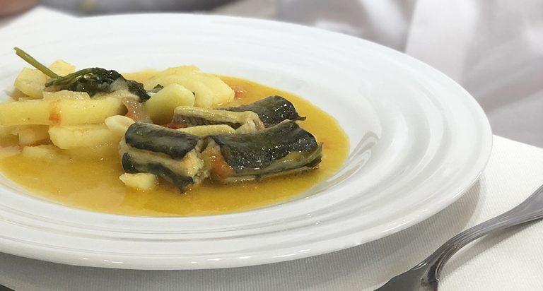 Caldeirada de enguias servida em prato da coleção Agma