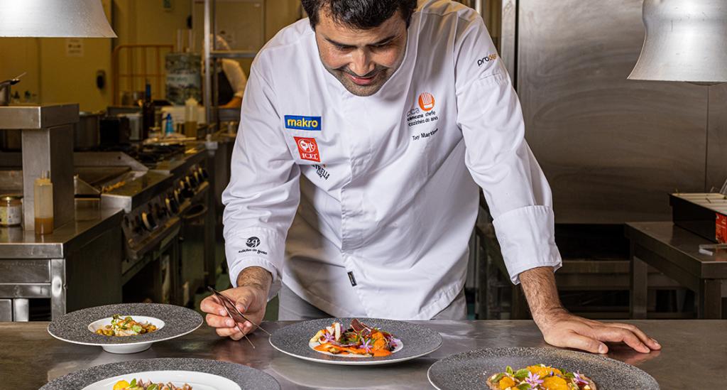 El chef Tony Martins emplatando sus platos con la colección Raw