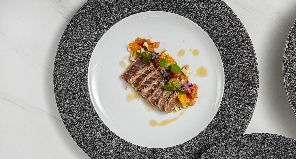 Receita do chef Tony Martins de Atum Laminado, tártaro de tomate, abacate e pepino em peça da coleção RAW