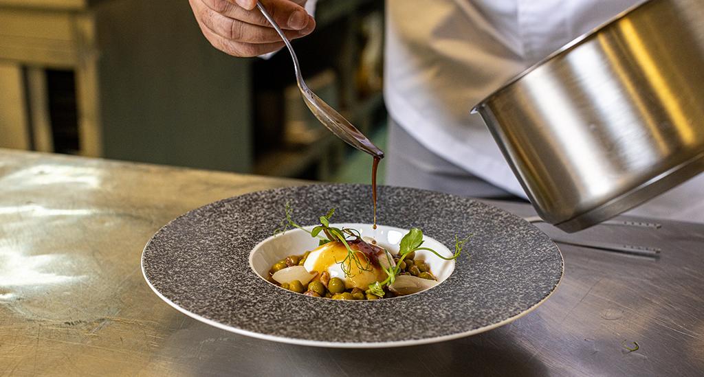 Receita do chef Tony Martins de Ovo, ervilhas e salpicão em peça da coleção RAW.