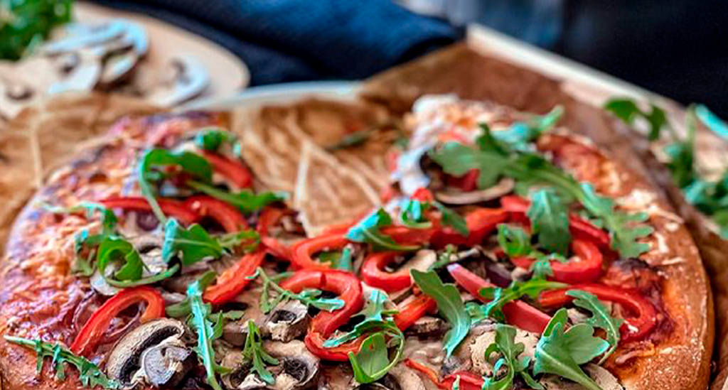 Pizza de masa blanda servida en platos de la colección Nordika