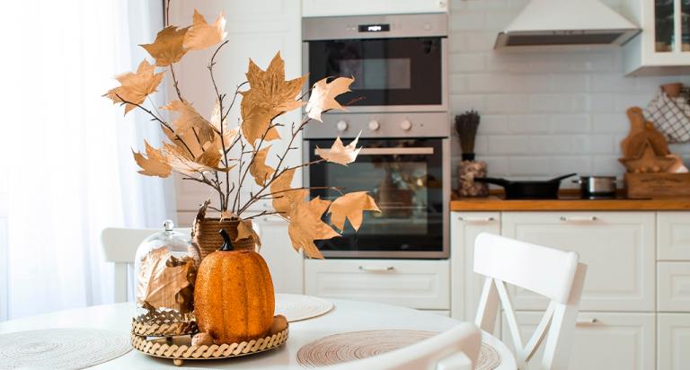 Cozinha com decorações de outono - Imagem ilustrativa do artigo sobre tendências de decoração para o outono de 2021